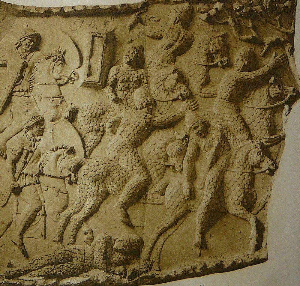 Σαρμάτες κατάφρακτοι απωθούνται από Ρωμαίους (αριστερά)