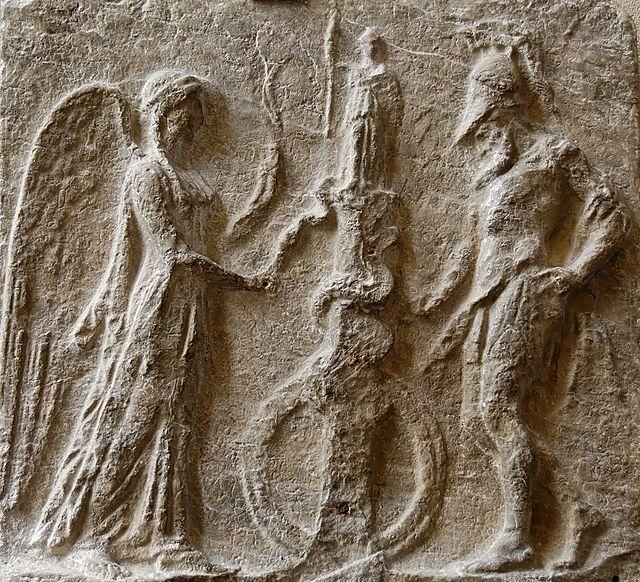 Η Νίκη προσφέρει ένα αυγό στο φίδι που είναι τυλιγμένο γύρω από την στήλη που κρατά το ομοίωμα της Αθηνάς Παλλάδος, προστάτιδος της Τροίας. Μαρμάρινο Ρωμαϊκό αντίγραφο του 1ου μ.Χ. αιώνα, εκ του πρωτοτύπου της Ελληνιστικής εποχής, (πηγή)
