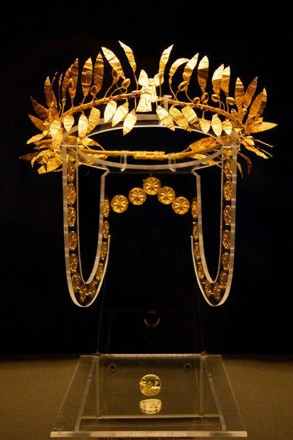 Ένα χρυσό στεφάνι και το δαχτυλίδι από την ταφή ενός Οδρυσών αριστοκράτη στην Τούμπα Golyamata Mogila, που βρίσκεται ανάμεσα στα χωριά Zlatinitsa και Malomirovo στην περιοχή Γιάμπολ. Χρονολογείται στα μέσα του 4ου αιώνα π.Χ..