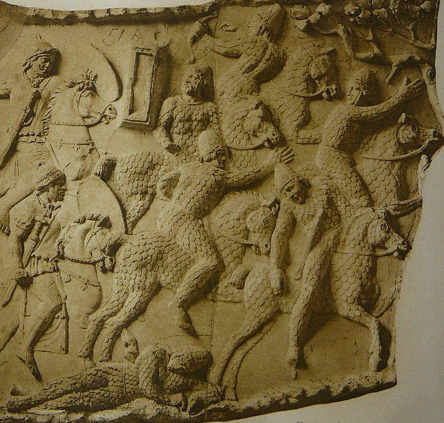 Απεικόνιση των Σαρματικών κατάφρακτων καταδιωκόμενων από Ρωμαϊκό ιππικό κατά τη διάρκεια των Παρθικών πολέμων_101 μ.Χ._Στήλη του Τραϊανού στη Ρώμη