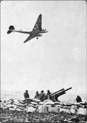 Ελληνικό αεροσκάφος ίπτται πάνω από Αμερικανική πυροβολαρχία_αρχείο ΓΕΣ_ΔΙΣ
