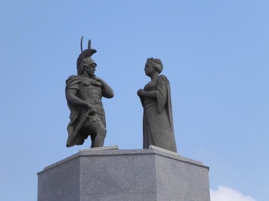 Αλέξανδρος και Νουσάμπα βασίλισσα της Βάρδας_σύγχρονη αναπαράσταση αγαλμάτων_Αζερμπαϊτζάν_φωτοMari Kipiani_πηγή The Amazons-Adrienne Mayor