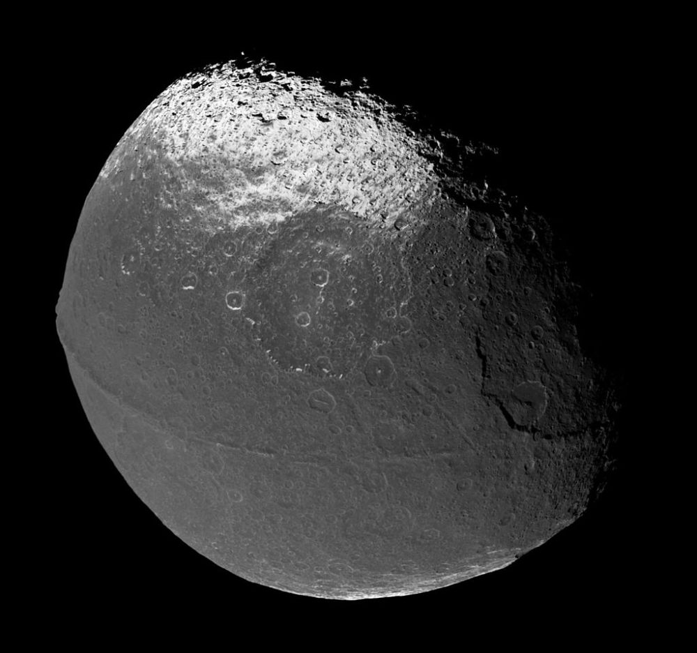 1024px-Iapetus_706_1419_1