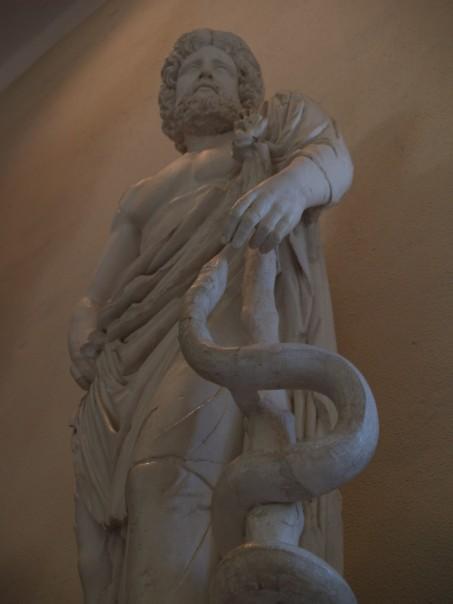 Άγαλμα του Ασκληπιού το οποίο εκτίθεται στο μουσείο της Επιδαύρου._ wikipedia