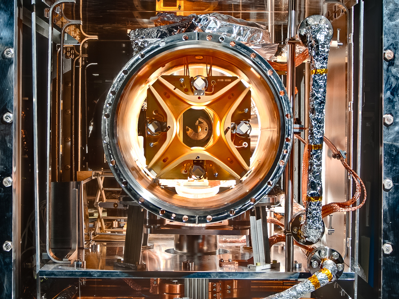 Inside the inner vacuum chamber, 16 units each with four electrodes generate the electrostatic fields which keep the ions on their orbits. © MPI for Nuclear Physics