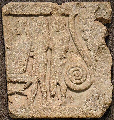 Ανάγλυφο από τη Σαμοθράκη που εικονίζει τον Αγαμέμνονα να μυείται στα μυστήρια των Καβείρων. Περ. 560 Π.Κ.Ε., Λούβρο (wikipedia)