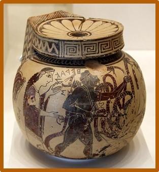 Αρχαίο βάζο αρύβαλλος, το οποίο χρησίμευε στην φύλαξη πολυτίμων ουσιών, όπως αλοιφές ή αρώματα, απεικονίζει την Αθηνά κρατώντας παρόμοιο φιαλίδιο να λαμβάνει το δηλητήριο της Λερναίας Ύδρας που συνέλεξε ο Ηρακλής _Μουσείο Getty.