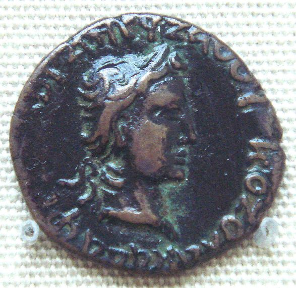 Νόμισμα με την κεφαλή του Κδφίση το οποίο φέρει Ελληνική επιγραφή ΚΟΖΟΛΑ ΚΑΔΑΦΕΣ ΧΟϷΑΝΟΥ ΖΑΟΟΥ_ΚΟΖΟΛΑ ΚΑΔΑΦΕΣ βασιλέας Κοσσανών