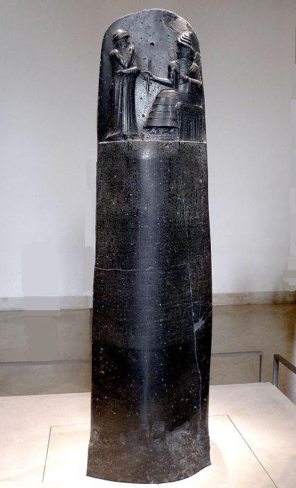Στήλη από βασάλτη στο κάτω μέρος της οποίας είναι χαραγμένος ο κώδικας Χαμμουραμπί_μουσείο Λούβρου_πηγή wikipedia