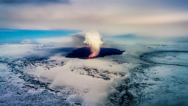 ARCTIC IMAGES/ALAMY An ancient eruption, like the recent Holuhraun eruption in Iceland, brought up deep mantle material that contains clues about the origin of Earth's water.
