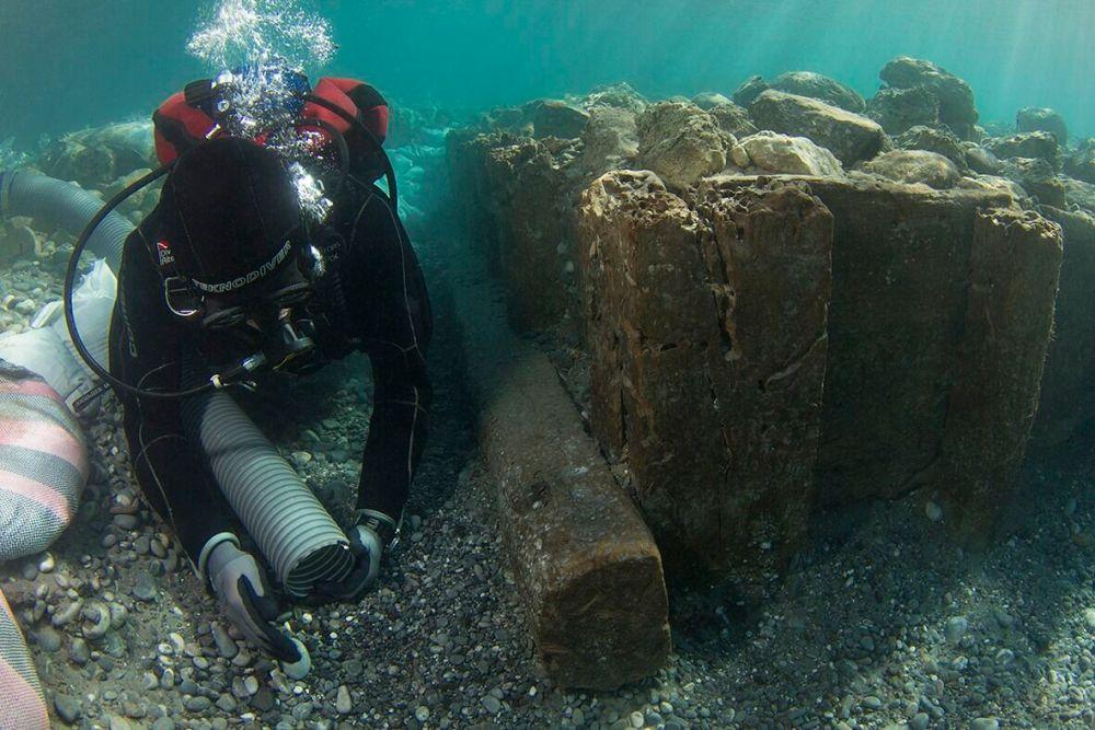Archaeologist documenting wooden caisson (V. Tsiairis).