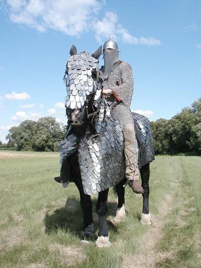 Ιστορική αναπαράσταση ενός κατάφρακτου της Αυτοκρατορίας των Σασσανιδών, με πλήρη φολιδωτή θωράκιση για το άλογο. Σημειώστε την εκτεταμένη αλυσωτή πανοπλία του αναβάτη.