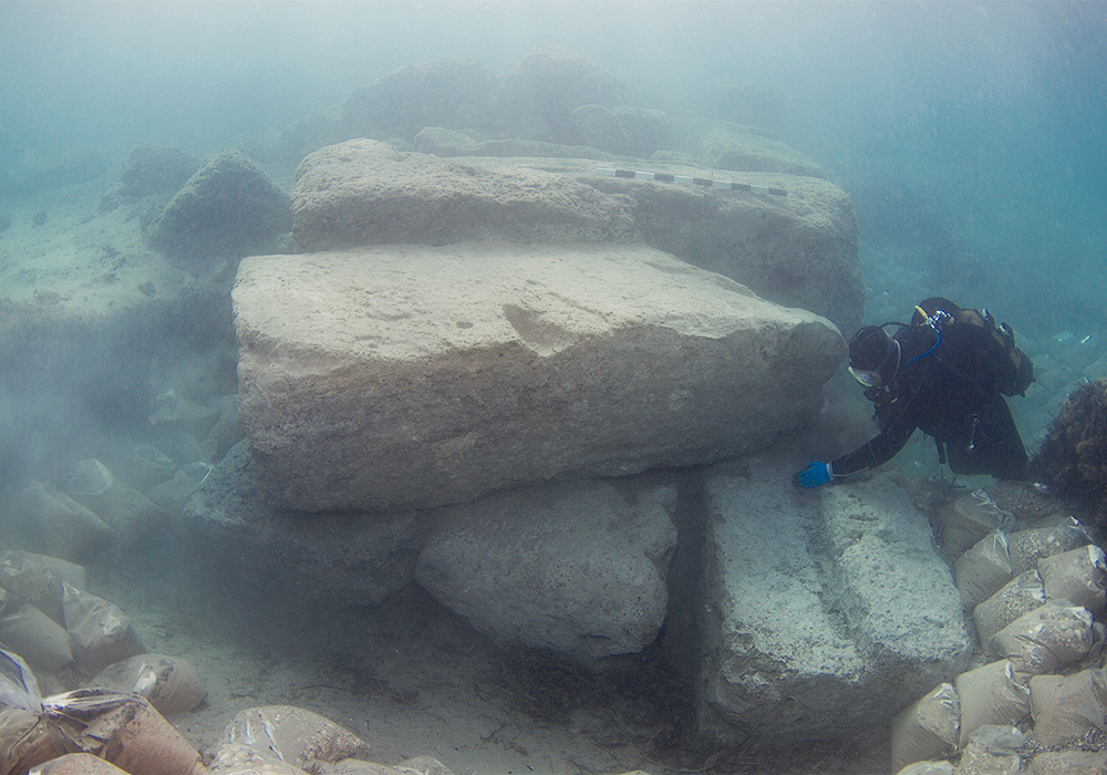Archaeologist investigating the outer part of the entrance canal (V. Tsiairis).