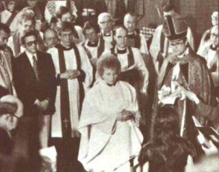 1977 Χειροτονείται επίσημα η πρώτη γυναίκα ιερέας στην Επισκοπική Εκκλησία της Ινδιανάπολις (Jacqueline Means).