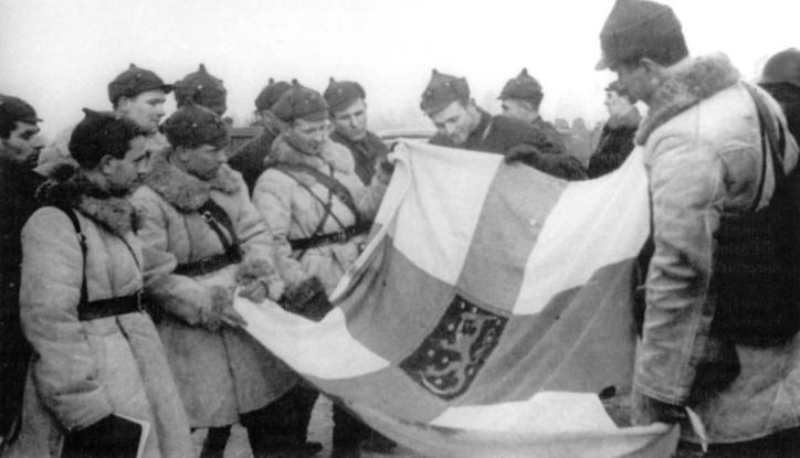 Σοβιετικοί στρατιώτες επιδεικνύουν Φινλανδική σημαία. πηγή wikipedia
