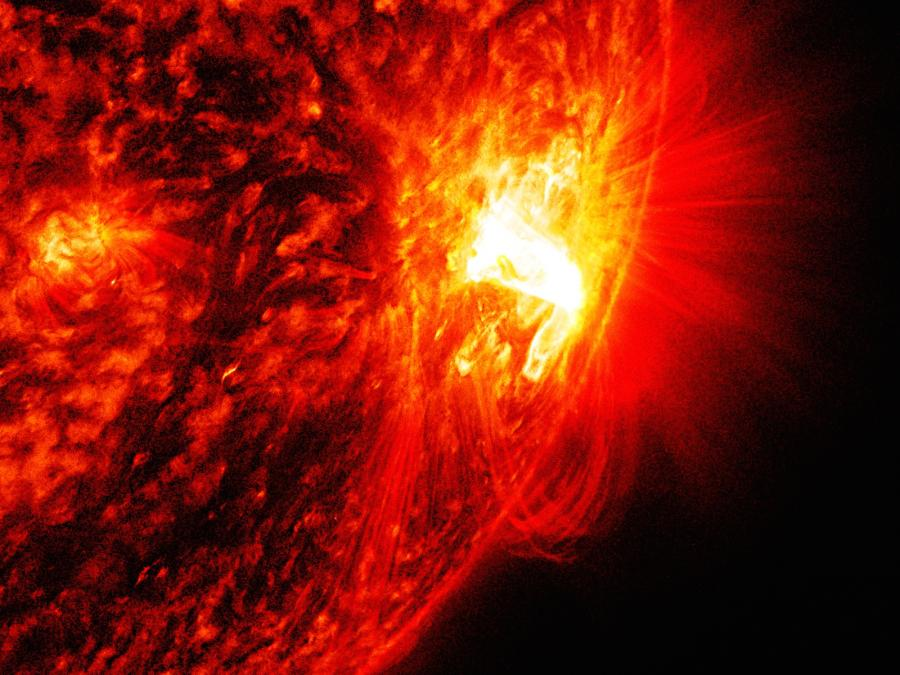 This solar flare occurred at the peak of the solar cycle in October 2014 with no observed eruptions. PPPL researchers say this is a promising candidate for studying the effect of guide magnetic fields._photo by NASA
