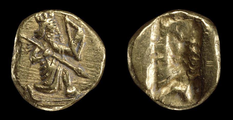 Δαρεικός στατήρ: διάμετρος 17μμ, βάρος 9,44 γραμμάρια, καθαρότης σε χρυσό 98%. Στην εμπρός πλευρά απεικονίζει τον Μεγάλο Βασιλέα στην ημιγονυπετή στάση του τοξότη, με τόξο στο αριστερό και (μάλλον) ακόντιο στο δεξί χέρι. Λόγω αυτής της παράστασης οι Έλληνες αποκαλούσαν το νόμισμα αυτό «τοξότη». Στην πίσω πλευρά δεν υπάρχει παράσταση, αλλά το αποτύπωμα από το καλούπι (Βρετανικό Μουσείο).