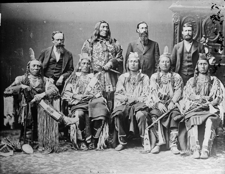 Σημαντικοί αρχηγοί Crow _1880_από αριστερά προς τα δεξιά: Old Crow_Medicine Crow_Long Elk_Plenty Coups_Pretty Eagle_wikipedia