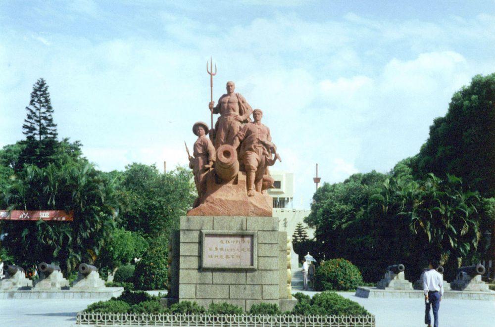 Είσοδος του Μουσείου των Πολέμων του Οπίου στην πόλη Humen, Guangdong, Κίνα. wikipedia URL [https://en.wikipedia.org/wiki/First_Opium_War#/media/File:Opium_War_Museum_entrance.jpg]