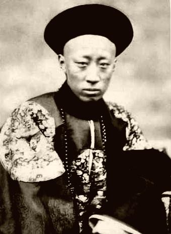 Ο πρίγκιπας Gong, όπως τον φωτογράφησε ο Felice Beato, στις 2 Νοεμβρίου 1860, μόλις λίγες ημέρες μετά την υπογραφή της συνθήκης στις 24 Οκτωβρίου 1860. wikipedia URL [https://en.wikipedia.org/wiki/Convention_of_Peking#/media/File:Prince_Gong.jpg]