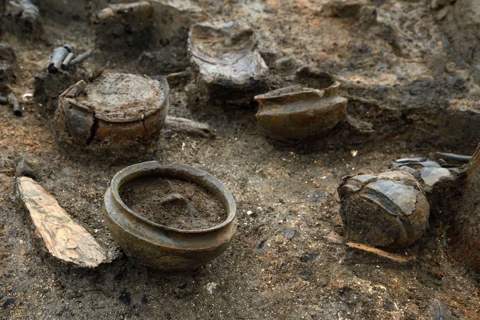 An array of household items, including whole pots. Some pots were found with the charred remains of 3,000 year old food still in them. © Cambridge Archaeological Unit (CAU), photo Dave Webb Historic England URL [https://www.historicengland.org.uk/whats-new/news/bronze-age-domestic-life-revealed]