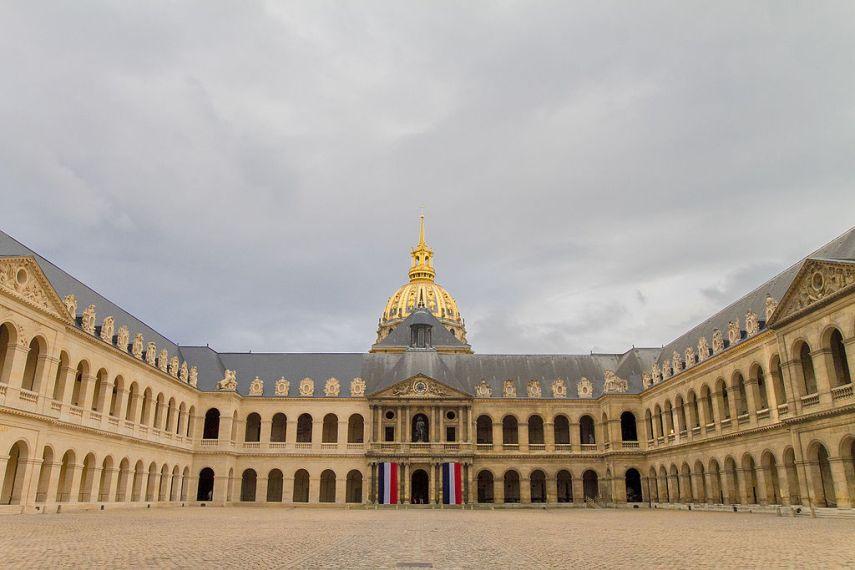 Το προαύλιο της τιμής του Ιδρύματος των Αναπήρων Cour d'honneur des Invalides, Paris 11 June 2013 Wikipedia URL [https://fr.wikipedia.org/wiki/H%C3%B4tel_des_Invalides#/media/File:Cour_d%27honneur_des_Invalides,_Paris_11_June_2013.jpg]