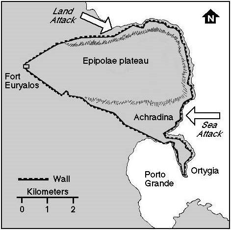 Χάρτης των Συρακουσών που απεικονίζει το μήκος 27 χλμ αμυντικό τείχος. Τα βέλη δείχνουν, τα σημεία όπου η Ρωμαίοι επιτέθηκαν στον τοίχο από ξηρά και θάλασσα.