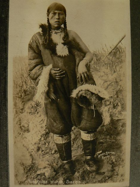 Γυναίκα Τσούκτσι στη Σιβηρία Tchukchee Woman, Siberia. Foto by Loman Bros, Nome, 1922 wikipedia URL [https://commons.wikimedia.org/wiki/Category:Genetic_studies_on_Chukchi#/media/File:Tchukchee_Woman.JPG]