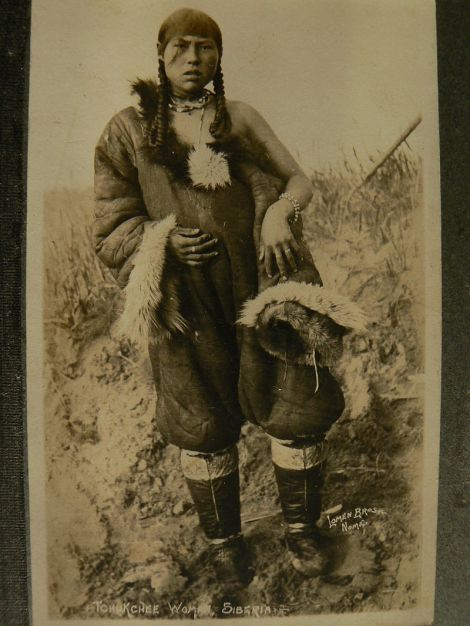 Γυναίκα Τσούκτσι στη Σιβηρία Tchukchee Woman, Siberia. Foto by Loman Bros, Nome, 1922 wikipedia URL [https://commons.wikimedia.org/wiki/Category:Genetic_studies_on_Chukchi#/media/File:Tchukchee_Woman.JPG]