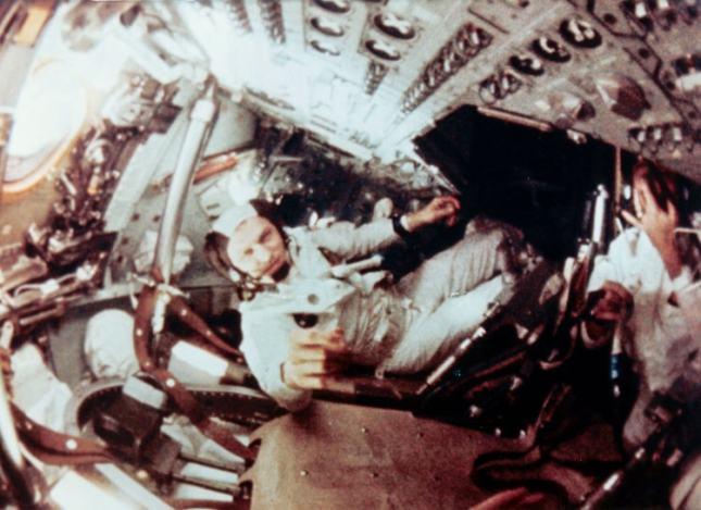 1968_Το διαστημόπλοιο Απόλλων 8 τίθεται σε τροχιά πέριξ της Σελήνης.